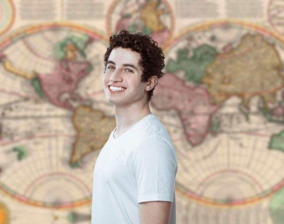 Andre Souza é pioneiro em produzir conteúdo sobre signos utilizando LIBRAS