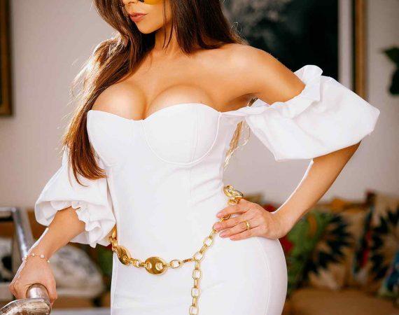 Patricia Nikita surge glamourosa em fotos no Instagram